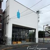 紅葉飄飄15日東京自由行--藍瓶咖啡Blue Bottle:01●白色的外觀,加上醒目的藍瓶子,把工業風變時尚的藍瓶咖啡Blue Bottle,顯然把電線也當作是設計的一環.JPG