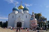 2018印象翻轉的俄羅斯奇幻之旅(6-2)--宛如置身遊樂園的謝爾蓋聖三一修道院:13●第一個入內參觀的景點──聖母安息大教堂,有著象徵對聖母崇敬的藍色圓頂與白色壁面.JPG