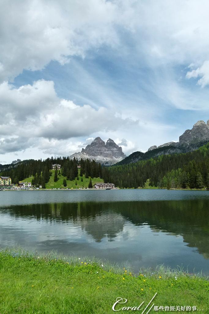 2018不思議之克、斯、義秘境歐遊記(8~2)--德洛米堤珍珠之米蘇里娜湖 Lake Misurin:02●遠望湖畔小木屋、綠意盎然的森林及遠處的三尖峰,湖光山色之美令人驚豔不已.JPG
