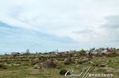 2019Amazing!穿越古絲路上的中亞五國之旅(5-1)--吉爾吉斯斯坦之露天石畫博物館:12●農牧家庭穿插座落在岩石區間,非常有趣.JPG