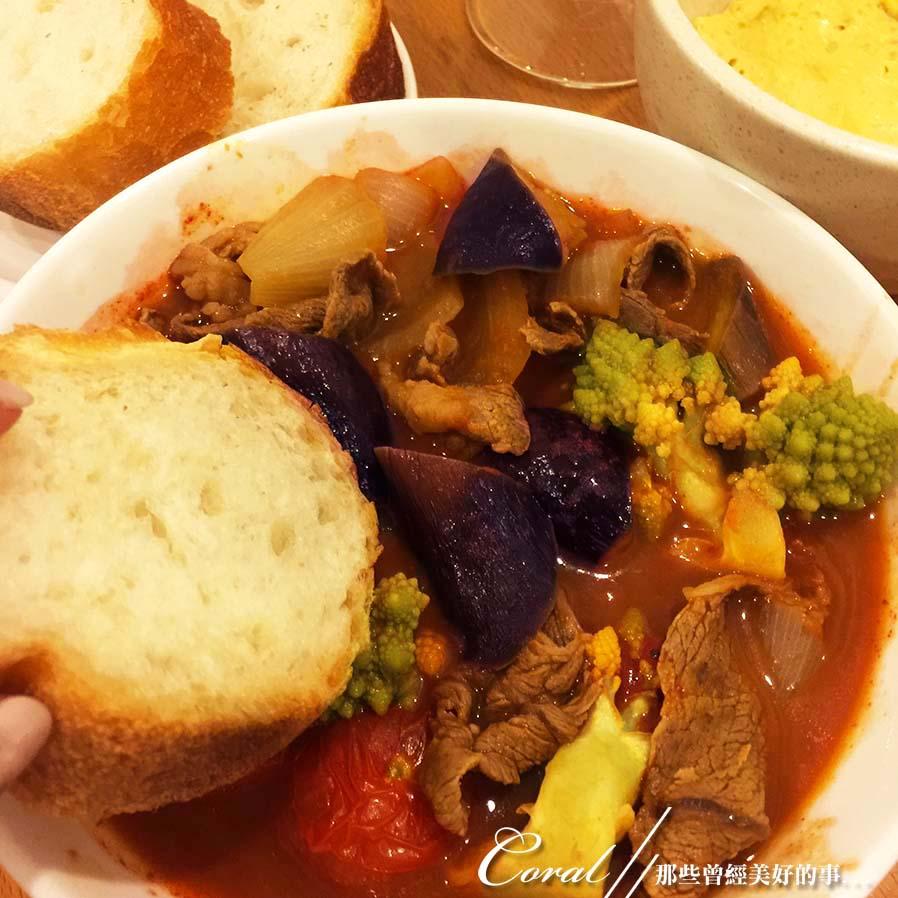 紅葉飄飄15日東京自由行--Day 12黃、綠、紅!蕃茄蔬菜小燉鍋:10●趁著麵包又酥又熱時沾著濃湯吃.JPG