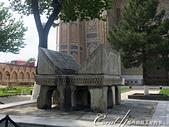 2019Amazing!穿越古絲路上的中亞五國之旅(14-2)--烏茲別克斯坦之三座重要的陵墓:17●庭院中心一個遊客爭相合影的大理石可蘭經,非常非常大.JPG