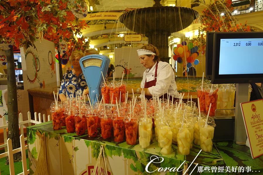 2018印象翻轉的俄羅斯奇幻之旅(2-7)--古姆百貨的西瓜噴泉、冰淇淋與莫斯科河的夜色:16●中央廣場上著名的噴水池,每到夏季便搖身一變成為販賣瓜類果汁的攤位,池子裡泡著西瓜與哈蜜瓜,很受西方人的
