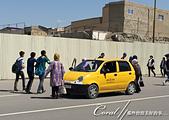 2019Amazing!穿越古絲路上的中亞五國之旅(13-4)--烏茲別克斯坦之布哈拉亞克要塞:04●馬路上盡是無顧忌穿梭的遊客與當地人,一台計程車就在「馬路中央」停下載客,這等奇景也是第一次在中亞看到.JPG