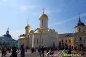 2018印象翻轉的俄羅斯奇幻之旅(6-2)--宛如置身遊樂園的謝爾蓋聖三一修道院:07●進入修道院後,沿著美麗的花圃直行,前方便是白石牆面、金色屋頂的聖三一教堂.JPG