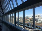2017關東10日樂得自在:●看了那麼多讓人難以喘息的鋼鋼鐵鐵後,最舒適的;還是窗邊供遊客小憩的長廊。.JPG
