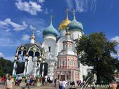 2018印象翻轉的俄羅斯奇幻之旅(6-2)--宛如置身遊樂園的謝爾蓋聖三一修道院:12●再往廣場前走一點,可目及彷彿被聖母安息大教堂環抱禮拜堂與聖水亭,這畫面真是難得一見.JPG