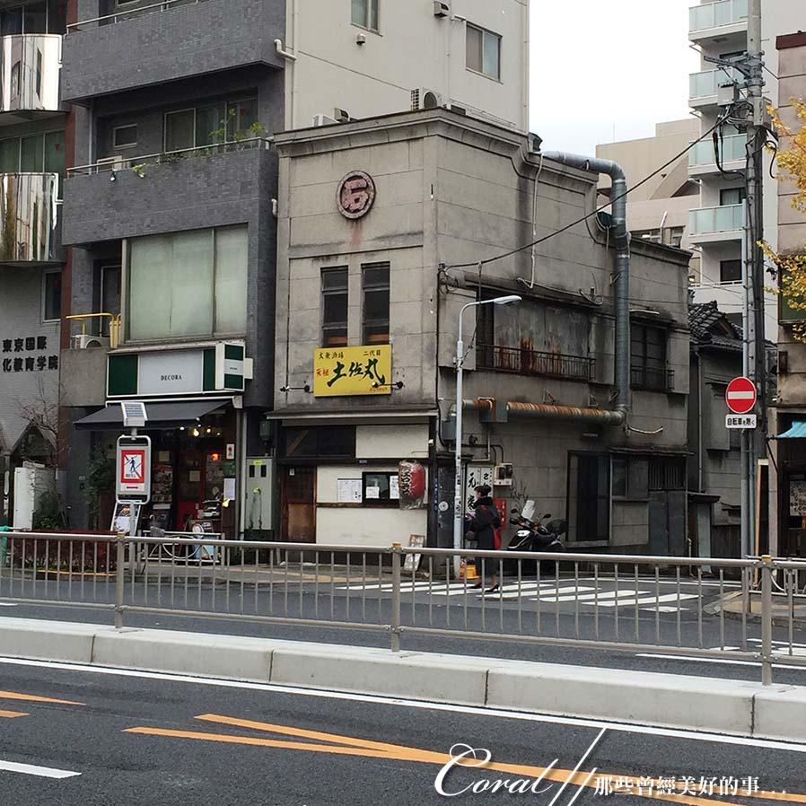 紅葉飄飄15日東京自由行--我在小石川植物園:59●往地鐵站的路上,遇到幾間江戶時期的老店,古書、古玩及古雜貨...好有意思,吸引了路過的上班族佇足瞧看.JPG
