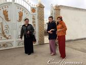 2019Amazing!穿越古絲路上的中亞五國之旅(10-1)--土庫曼斯坦之100%陌生國度探秘:13●在步出農家餐廳後,巧遇經過餐廳門口的當地女子,她們非常熱情與我們合影並且歡迎我們拍她們,這一點挺讓人訝
