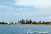 2019Amazing!穿越古絲路上的中亞五國之旅(5-2)--吉爾吉斯斯坦之伊塞克湖:12●從湖中望向湖邊高高低低的的別墅群與樹,是另一種賞景的角度.JPG