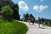 2018不思議之克、斯、義秘境歐遊記(9)--霍恩斯特維茨城堡 Burg Hochosterwitz:14●登堡健行的路途,可沿著城牆一路飽覽平原風光.JPG