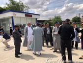 2019Amazing!穿越古絲路上的中亞五國之旅(9-3)--烏茲別克斯坦之希瓦內城:06●身著傳統服飾、戴著小帽的穆斯林,非常的應景地站在古城之前.jpg