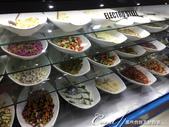 2019Amazing!穿越古絲路上的中亞五國之旅(7-6)--塔吉克斯坦首都杜尚別之烤肉串大餐:07●冷藏櫃裡有各式各樣的醃製肉串、肉片、蔬菜、水果和甜點等提供食客選擇 (1).JPG