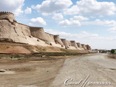 2019Amazing!穿越古絲路上的中亞五國之旅(9-1)--烏茲別克斯坦之希瓦Khiva古城印象:01●希瓦 Khiva是古絲路中現存最完整的城市遺跡,最具知名度的景點,就在高10米的中世紀城堡Ichan Kala城牆內,被世人讚