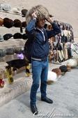 2019Amazing!穿越古絲路上的中亞五國之旅(9-3)--烏茲別克斯坦之希瓦內城:16●我們幽默逗趣的當地導遊當場示範這些取自動物毛皮、物美價廉的帽子如何配戴,但是本團無人出手,因為得考量我