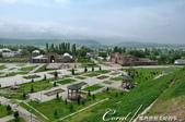 2019Amazing!穿越古絲路上的中亞五國之旅(7-2)--塔吉克斯坦之歷史文化遺產希薩碉堡:16●碉堡下的廣場、遠處矇朧的山和藍天白雲,勾勒了美好的希薩碉堡印象.JPG