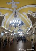 2018印象翻轉的俄羅斯奇幻之旅(3-1)--目眩神迷在宛如藝術殿堂的莫斯科地鐵站:19●令人目不暇給的浮雕壁畫羅列月台兩側的壁面,宛若宮殿內的迴廊一般氣勢不凡.JPG