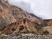 2019Amazing!穿越古絲路上的中亞五國之旅(8-1)--塔吉克斯坦之伊斯坎達爾湖:06●也有些紅土沙礫上長著生命力堅韌的綠色植物.jpg