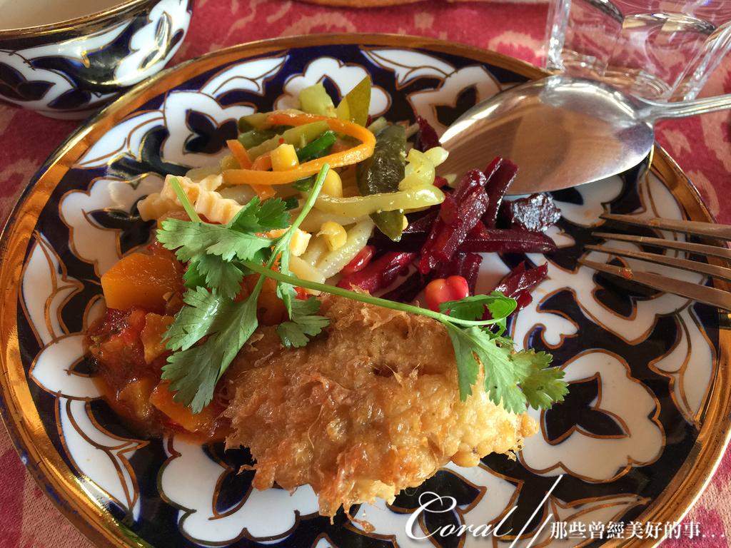 2019Amazing!穿越古絲路上的中亞五國之旅(9-2)--烏茲別克斯坦之希瓦Khiva在地料理:01●一道澆著酸甜又帶點辣味醬汁的炸魚排,是難得在中亞地區吃到的一道菜,不知是否在歷史的流轉間曾融合了其他國