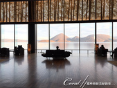 ●2015北海道之旅:●大廳裡,不乏早起的鳥兒在觀景窗前品味美景.jpg