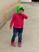 2019Amazing!穿越古絲路上的中亞五國之旅(5-3)--吉爾吉斯斯坦之蒙古包風味餐:15●餐畢的送客大秀是老闆與家人的即興入鏡,微笑的老人與天真的孩童,有什麼比這些畫面更吸睛 (3).JPG