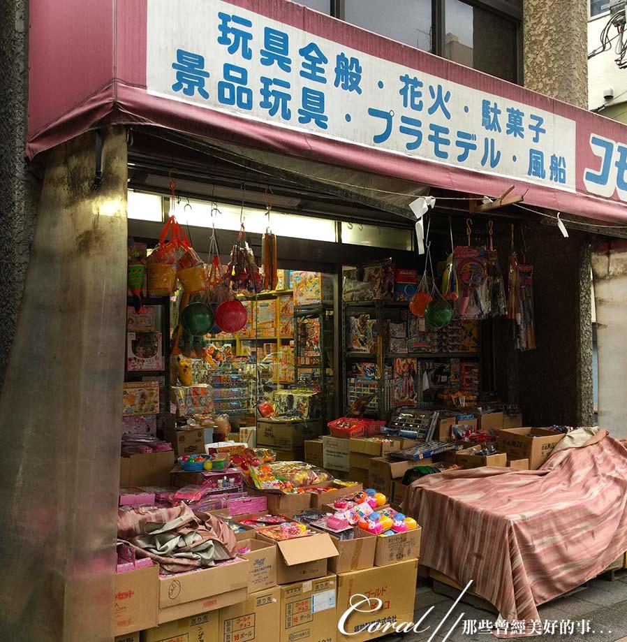 紅葉飄飄15日東京自由行--我在小石川植物園:61●往地鐵站的路上,遇到幾間江戶時期的老店,古書、古玩及古雜貨...好有意思,吸引了路過的上班族佇足瞧看.JPG