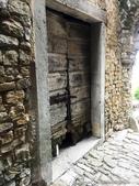 2018不思議之克、斯、義秘境歐遊記(5~1)--蒼翠山丘上的莫托溫山城 Motovun:49●用餐完後的餘興節目則是再逛逛這座城堡,並且湧向營業中的松露小店.JPG
