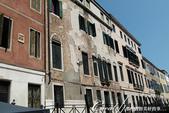 2018不思議之克、斯、義秘境歐遊記(7~1)--從貢多拉Gondola上看水道旁的門扉與窗景:L1080189.JPG