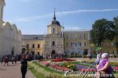 2018印象翻轉的俄羅斯奇幻之旅(6-2)--宛如置身遊樂園的謝爾蓋聖三一修道院:06●進入修道院後,沿著美麗的花圃直行,前方便是白石牆面、金色屋頂的聖三一教堂.JPG