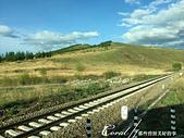 2019夏季內蒙草原風光與貝加爾湖詩意之約(5-2)--呼倫貝爾大草原 :01●人為建設的鐵道劃過草原、經過村莊、穿越無人大地,卻依然無損自然風光的美麗.JPG