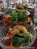2018印象翻轉的俄羅斯奇幻之旅(4-3)--夕陽餘暉中的蘇茲達爾與獵人之家烤肉風味餐:04●餐桌上,已擺好了傳統的俄式風味餐,鮮豔的配色、豐盛的料理,催化了大家舉杯的情緒.JPG