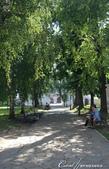 2018印象翻轉的俄羅斯奇幻之旅(5-1)--光明與誨暗層經在此併存的聖艾烏非米夫斯基救世主修道院:22●綠蔭步道上,輕鬆悠閒享受樹下風光的人們.JPG