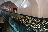 2019Amazing!穿越古絲路上的中亞五國之旅(14-4)--烏茲別克斯坦之聖丹尼爾陵墓:07●陵墓內部的驚奇景象則是一個長18m的石棺,上面覆蓋著深綠色的天鵝絨布並繡有金色的可蘭經經文,當然這個尺寸非
