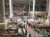 2019Amazing!穿越古絲路上的中亞五國之旅(7-4)--塔吉克斯坦之摩登市集:11●從樓上腑瞰一樓的食品區,形形色色的商品與人潮外,其中也可見不少手持打掃工具的人員正在維護商場清潔,勤於