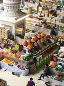 2019Amazing!穿越古絲路上的中亞五國之旅(7-4)--塔吉克斯坦之摩登市集:12●請看那鮮豔的水果旁那一堆堆香料金字塔,真的太驚人,無人不好奇那是怎麼弄的?細沙般微小顆粒的香料如何能讓