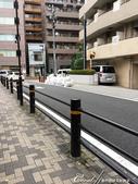 紅葉飄飄15日東京自由行--愛宕神社:03●在光鮮亮麗的辦公大樓背後,等待垃圾車前往清運的成堆垃圾.JPG