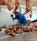 2019Amazing!穿越古絲路上的中亞五國之旅(7-4)--塔吉克斯坦之摩登市集:14●只見攤商大刀闊斧,三兩下就將肉塊劈成數塊食用的大小,現場不見血花四濺、也沒有任何一絲氣味,乾淨俐落.JPG