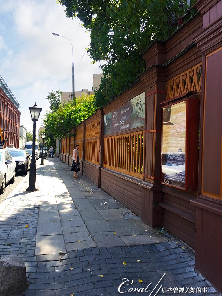 2018印象翻轉的俄羅斯奇幻之旅(3-2)--一窺托爾斯泰故居紀念館之不凡人物的平凡日常:02●巴士在路邊停下,走幾步路,來到托爾斯泰故居紀念館的門外,深褐色的木造圍牆,有一種非常沉靜文藝的味道.JPG