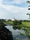 2018印象翻轉的俄羅斯奇幻之旅(5-4)--移動景點之間、體驗蘇茲達爾美好風光的小散步:05●白身、綠頂,壁面鑲著紅色線條,佇立在綠地之間,一座不知名的小教堂也成為風景畫的主角.JPG