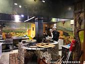 2019Amazing!穿越古絲路上的中亞五國之旅(11-4)--土庫曼斯坦之初嚐手抓飯:02●餐廳內的傳統大灶上有三鍋熱騰騰的手抓飯,旁邊還有配料及佐料等候客人點餐,其中一個剛出鍋正進行攪拌中,走