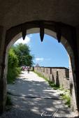 2018不思議之克、斯、義秘境歐遊記(9)--霍恩斯特維茨城堡 Burg Hochosterwitz:17●穿過城門同時,可見證歷史曾在石牆上留下的痕跡,與當時設下的陷阱.JPG