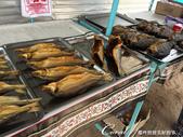 2019Amazing!穿越古絲路上的中亞五國之旅(5-3)--吉爾吉斯斯坦之蒙古包風味餐:07●路上經過一家小攤,販賣的東西還挺多的,動物毛皮、不是當季的蘋果和梨、煙燻魚 (1).JPG