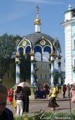 2018印象翻轉的俄羅斯奇幻之旅(6-2)--宛如置身遊樂園的謝爾蓋聖三一修道院:10●之後,又在小禮拜堂旁蓋了一座漂亮的聖水亭,這裡也可以提供民眾取水,只見絡繹譯不絕的遊客拿著瓶瓶罐罐到此