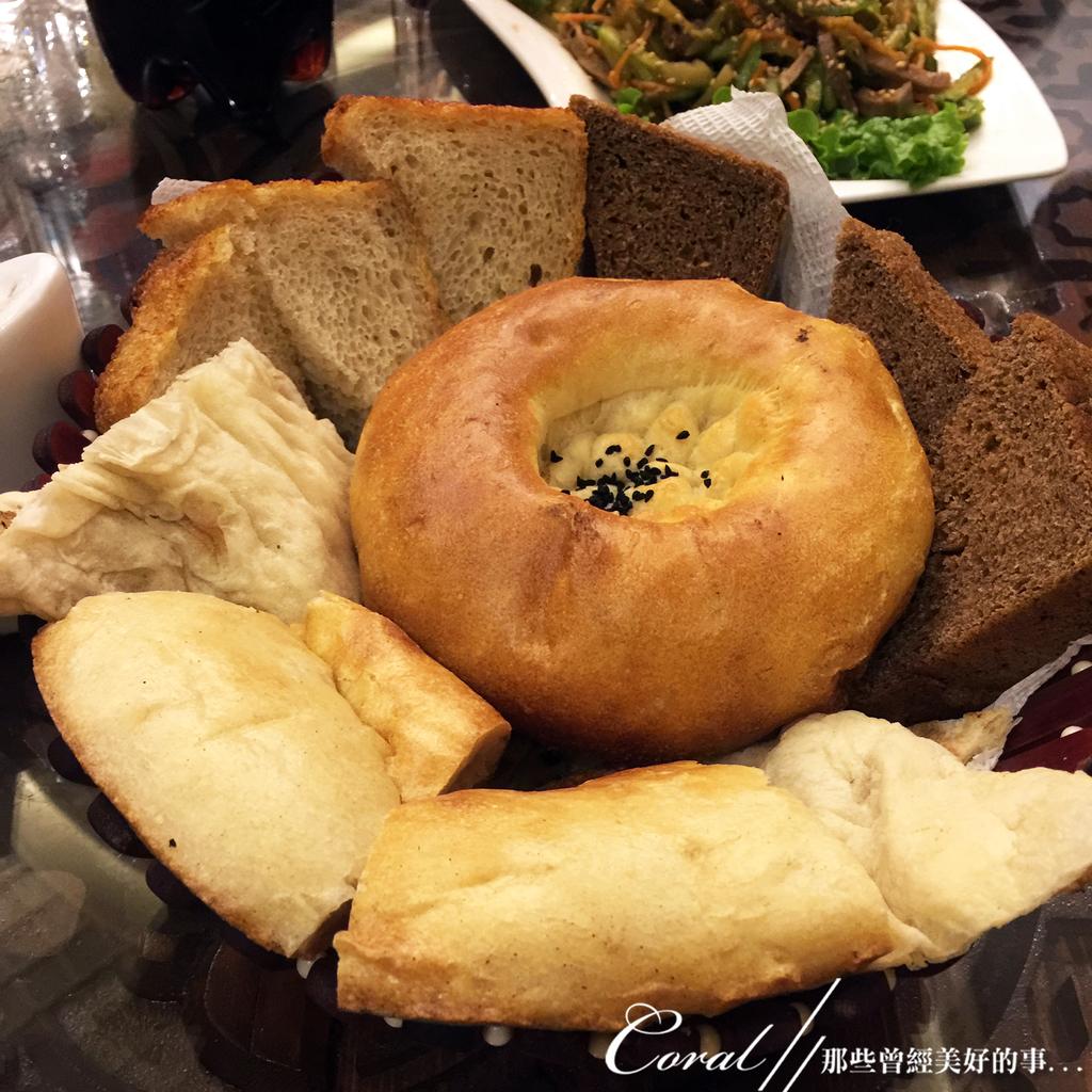 2019Amazing!穿越古絲路上的中亞五國之旅(7-1)--塔吉克斯坦之「山地之國」初印象  :02●等同宵夜時間的晚餐一樣充滿當地飲食風格,且非常澎湃,尤其是饢餅與麵包的組合,在已經有點想睡的時分,這無