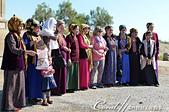 2019Amazing!穿越古絲路上的中亞五國之旅(12-1)--土庫曼斯坦之傳說中的默伏古城:09●一群熱情與遊客合影的土庫曼斯坦婦女.JPG