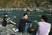 2009年3月22日尖石鄉烏龍之旅~:我們就在溪邊坐下來泡腳~