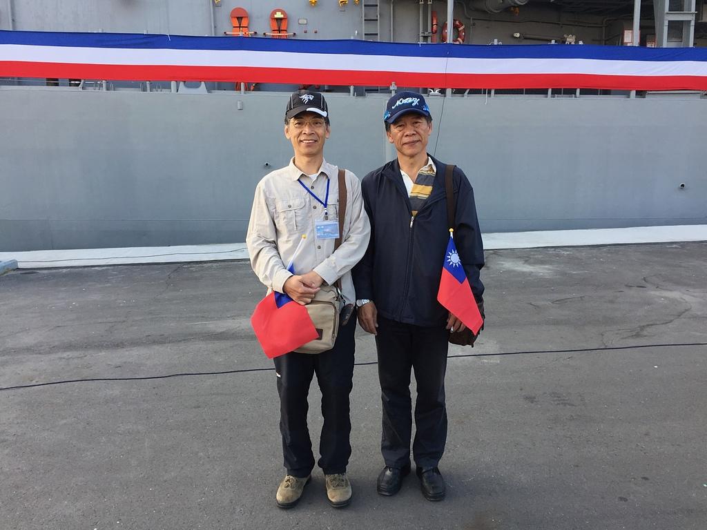 06葉孝義黃信智艦長在新濱.jpg - 海軍106年元旦升旗