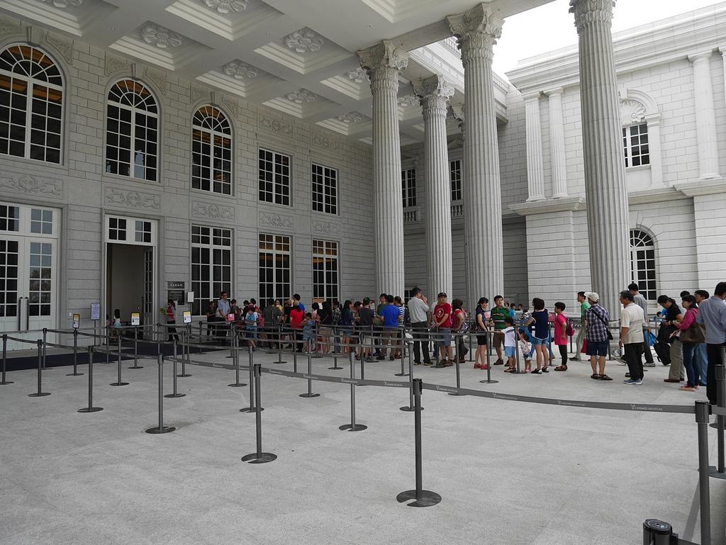 16等候進場的遊客.jpg - 奇美博物館