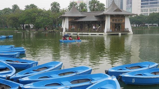 37日月池中供遊客使用的小船.jpg - 台中公園 砲台山