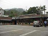新竹五指山大分林山:北埔老頭擺客家菜餐廳--後方為大分林山.jpg
